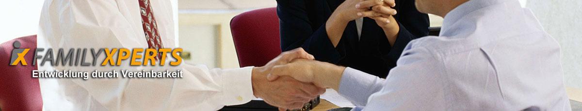 Headerbild Handschlag und Logo von FamilyXperts, dem Familienservice in Berlin, der für Vereinbarkeit von Beruf und Familie, Work Life Balance, Beruf Familie, Kinderbetreuung und das audit berufundfamilie steht