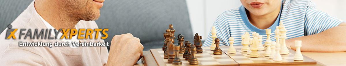 Headerbild Schachspieler und Logo von FamilyXperts, dem Familienservice in Berlin, der für Vereinbarkeit von Beruf und Familie, Work Life Balance, Beruf Familie, Kinderbetreuung und das audit berufundfamilie steht
